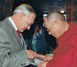 Prof. Dr. Richard R. Ernst übergibt sein Buch Seiner Heiligkeit, dem Dalai Lama. (c) Manuel Bauer