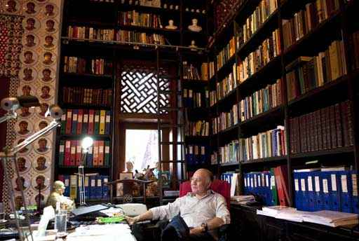 Dr. Marc Faber in seiner Bibliothek (c) Marc Faber