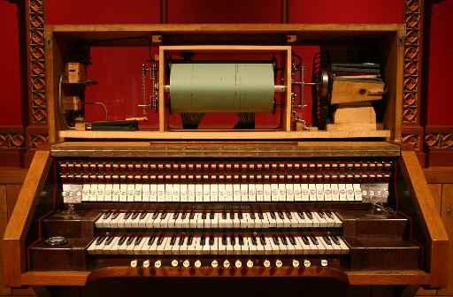 Der Spieltisch der Britannic-Orgel mit eingelegter Musikrolle