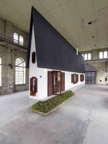 Erwin Wurm (2010) Narrow House, Dornbirn; Foto: Robert Fessler