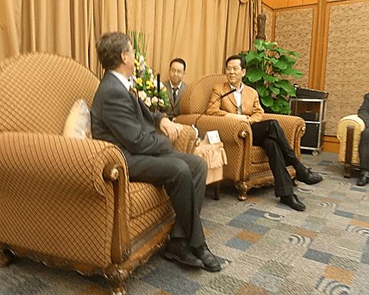 Empfänge ausländischer Gäste werden in China mit Grosszügigkeit und in formellem Rahmen zelebriert – hier beim Gegenbesuch beim Regierungs-Vertreter einer bedeutenden süd-chinesischen Industrie-Metropole.